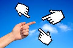 Hände auf blauem Himmel Stockfotografie