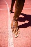 Hände des Athleten auf einer Anfangszeile Lizenzfreies Stockbild