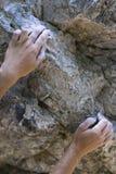 Hände des Bergsteigers Stockfotos