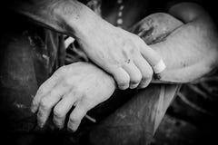 Hände des Bergsteigers Stockbild