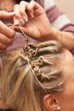Hände des feierlichen stapelnden Haares des Friseurs Lizenzfreie Stockfotografie