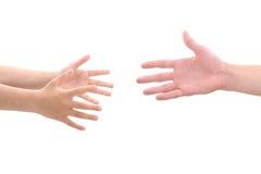 Hände des Kindes, die für Hand des Erwachsenen erreichen Lizenzfreie Stockfotos