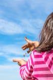 Hände des Kindes voll des nassen Sandes Lizenzfreies Stockfoto