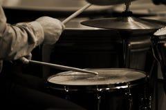 Hände des Mannes, der einen Trommelsatz spielt Stockbilder