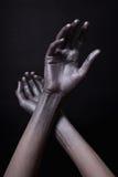 Hände des Mannes im Goldlack Stockfoto