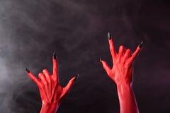 Hände des roten Teufels, die Schwermetallgeste zeigen Stockbilder
