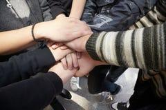 Hände des Teenagers zusammen. Spiritus des Geschäftsteams Lizenzfreies Stockfoto