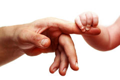 Hände des Vaters und des Schätzchens Lizenzfreie Stockbilder