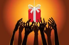 Hände des Zombies heraus erreichend, um eine Geschenkbox zu ergreifen Lizenzfreie Stockfotos