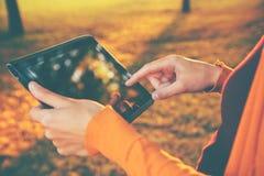Hände, die digitalen Tablette-PC anhalten Stockbild