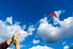 Hände, die Drachen halten Stockfoto