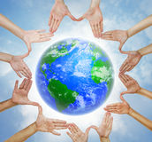 Hände, die einen Kreis mit Planet Erde bilden Lizenzfreies Stockbild