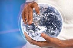 Hände, die Erde anhalten Stockfoto