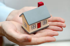 Hände, die Haus anhalten Lizenzfreie Stockbilder