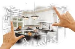 Hände, die kundenspezifische Küchen-Konstruktionszeichnung und Foto Combinatio gestalten Stockfoto