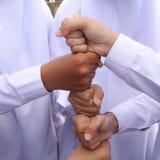 Hände, die oben auf einander liegen Lizenzfreies Stockfoto