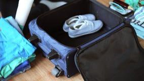Hände, die Reisetasche mit persönlichem Material verpacken stock video footage