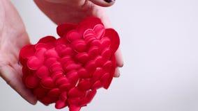 Hände, die rotes Herz werfen und es zusammenstoßend stock video footage