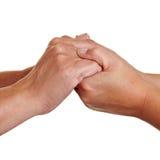 Hände, die sich anhalten Stockfotografie