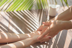 Hände im Badekurort mit Öl Lizenzfreie Stockbilder