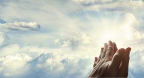 Hände im Himmel Lizenzfreies Stockfoto