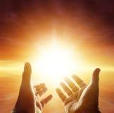 Hände im Himmel Stockbild