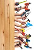 Hände mit DIY-Werkzeugen. Stockfotografie