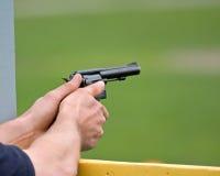 Hände mit Gewehr Stockbild