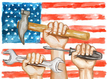 Hände mit Werkzeugen auf dem Hintergrund der USA-Flagge Lizenzfreie Stockfotos