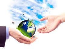 Hände und Erde Lizenzfreies Stockfoto