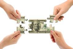 Hände und Geldpuzzlespiel Stockbilder
