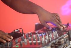 Hände von einem DJ Stockfotografie