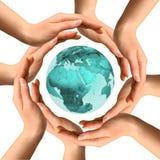Hände, welche die Erde umgeben Stockfoto