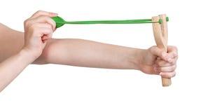 Hände ziehen das Gummiband des Katapults lokalisiert Stockfotos
