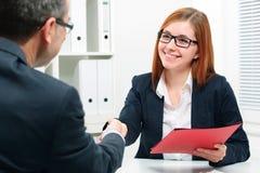 Händedruck während Jobinterviewen Lizenzfreies Stockfoto