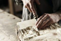 Händer av en hantverkare Arkivbilder