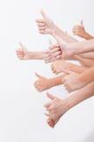 Händer av tonåringar som visar det ok tecknet på vit Royaltyfri Fotografi