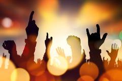 Händer för musikkonsertfolkmassa som lyfts i luft Arkivfoto