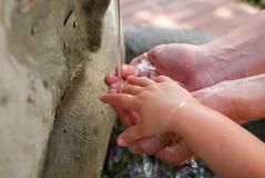 Händer i vattnet Royaltyfri Foto