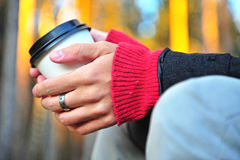 Händer med kaffekoppen Fotografering för Bildbyråer