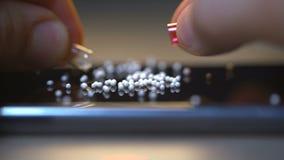 Händer öppnar och hällde preventivpillerarna innehåller vita bollar arkivfilmer