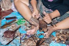 Händer som arbetar upp och snider det wood slutet Arkivfoto