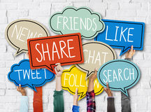 Händer som rymmer färgrikt anförande, bubblar socialt massmediabegrepp Arkivbilder