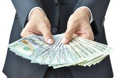 Händer som rymmer pengar - räkningar för Förenta staternadollar (USD) Royaltyfria Bilder