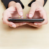 Händer som rymmer smartphone Arkivfoton