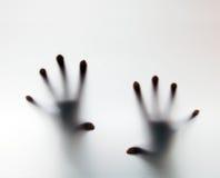 Händer som trycker på frostat exponeringsglas. Begreppsmässigt skri för hjälp Arkivfoton