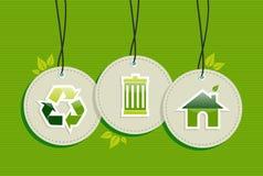 Hängande grön uppsättning för etiketter för miljöteckensymboler Arkivbild