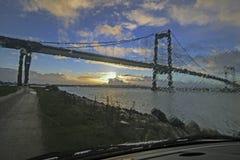 Hängebrücke von einem Autofenster Stockbild