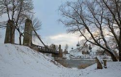 Hängebrücke von Insel und von Kirche von Sankt Nikolaus Stockbilder