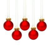 Hängende rote Weihnachtsverzierungen lokalisiert Stockbilder